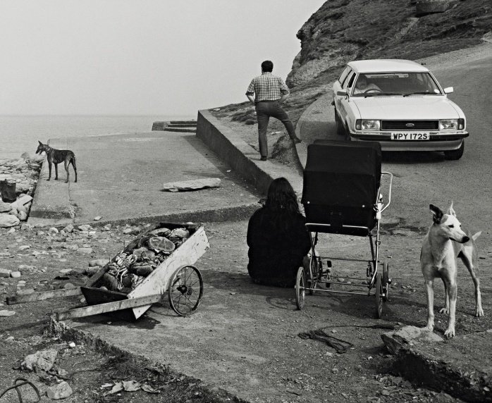 Chris Killip, Crabs and People, Skinningrove, North Yorkshire, 1981 - Copyright Chris Killip