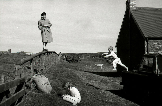 Linda McCartney - Paul, Stella and James, Scotland, 1982 - © Image copyright of their respective owners, assignees or others